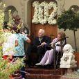 Kirk Douglas célèbre ses 102 ans avec sa femme Anne Buydens devant leur domicile de Beverly Hills à Los Angeles, Californie, Etats-Unis, le 9 décembre 2018.
