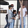 Demi Moore très heureuse aux côtés de son mari Ashton Kutcher et de sa fille Rumer Willis, dans les rues d'Hollywood.