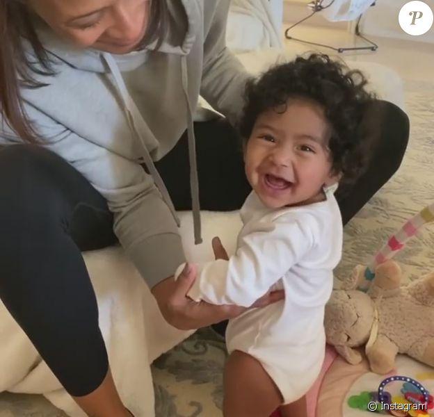 Vanessa Bryant, veuve de Kobe Bryant, a publié le 8 février 2020 sur Instagram des images de leur fille Capri Kobe dite Koko, âgée de 7 mois et qui commence à se mettre debout.