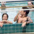 Jennifer Aniston et John Mayer en couple à la piscine du Mandarin Oriental de Miami en mai 2008.