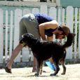 Zachary Quinto. Voisin et citoyen modèle, il ne laisse pas une trace lorsqu'il promène son chien. Chapeau ! (de paille)