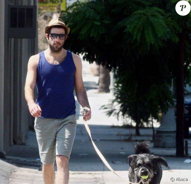 Zachary Quinto. L'effrayant Sylar de Heroes, passe son dimanche après-midi comme le commun des mortels. une petite promenade avec son chien ,mais avec un style incomparable !