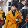 Exclusif - Rose McGowan se promène avec un manteau jaune moutarde à Londres, le 9 octobre 2019.0