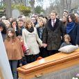 Exclusif - Martin Bretécher, ses soeurs Marie et Nuria Carcassonne et leurs enfants - Les obsèques de Claire Bretécher au cimetière de Montmartre à Paris le 15 février 2020.