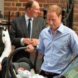 Le prince William et la duchesse de Cambridge, Kate Catherine Middleton, presentent leur fils George de Cambridge officiellement devant les medias du monde entier a 20h15 a leur sortie de l'hopital St-Mary a Londres. Le 23 juillet 2013