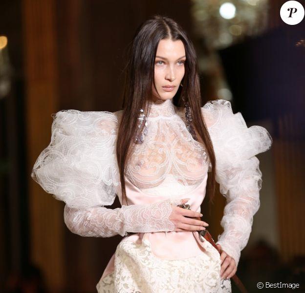 Bella Hadid défile pour Vivienne Westwood, collection prêt-à-porter automne-hiver 2020-2021, à l'Hôtel de ville de Paris. Paris, le 29 février 2020.