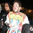 Exclusif - Post Malone revient à son hôtel à 3 heures du matin à New York, le 20 février 2020. Après sa performance au Nassau Coliseum, le chanteur de 24 ans portait un t-shirt Sailor Moon et malgré l'heure tardive il a pris le temps de signer des autographes à ses fans.