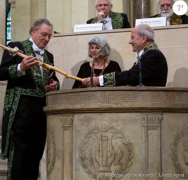 Marc Ladreit de Lacharrière a remis son épée d'académicien à Gérard Garouste lors de son installation officielle à l'Académie des beaux-arts en octobre 2019.