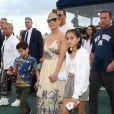 Jennifer Lopez et son fiancé Alex Rodriguez assistent au 2020 Pegasus World Cup Championship avec leurs enfants Emme, Maximilian, Natasha et Ella au David Grutman's LIV Stretch Village à Hallandale Beach le 25 janvier 2020.
