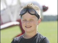 Un enfant de 8 ans se dresse sur l'aile d'un avion en plein vol ! C'est incroyable il est vivant ! (Réactualisé)