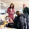 Le prince William, duc de Cambridge, et Catherine (Kate) Middleton, duchesse de Cambridge, en visite à la salle de contrôle du London Ambulance Service 111 à Croydon pour rencontrer le personnel ambulancier et les 111 gestionnaires d'appels qui ont pris les appels NHS 111 du public, et les remercier pour le travail vital qu'ils font. Epidémie de Coronavirus (Covid-19) - Londres, le 19 mars 2020.