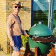 Ronan Keating en plein barbecue. Photo Instagram, avril 2020.