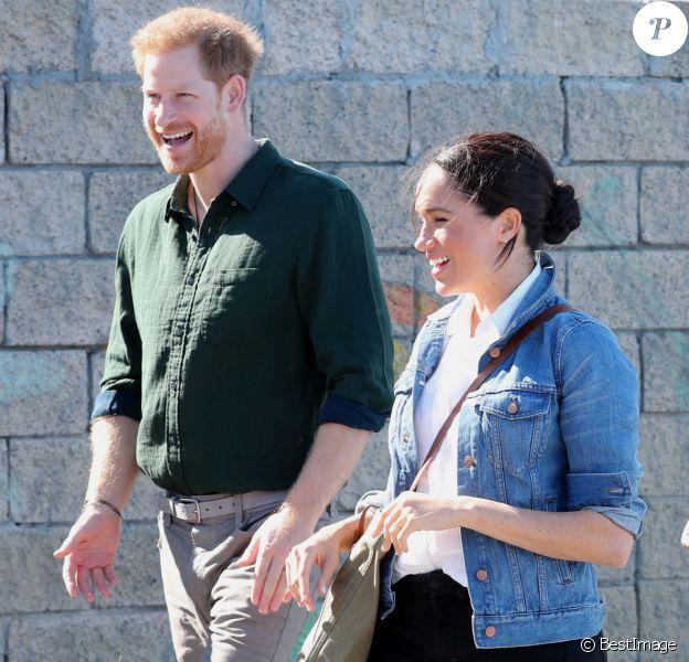"""Le prince Harry, duc de Sussex, et Meghan Markle, duchesse de Sussex rencontrent les membres de """"Waves for Change"""" un organisme de bienfaisance qui travaille avec les surfeurs locaux sur la plage de Monwabisi au Cap lors de leur 2ème journée en Afrique du Sud, le 24 septembre 2019."""