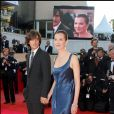 Carole Bouquet et son fils Dimitri Rassam - Montée des marches pour la clôture du Festival de Cannes le 27 mai 2007.