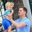 Michael Bublé va déjeuner au restaurant avec son fils Noah et un ami à Miami, le 16 avril 2015.