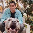 Henry Golding et sa chienne Stella sur Instagram, le 1er avril 2020.