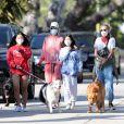Laeticia Hallyday promène ses chiens dans le quartier de Pacific Palisades, à Los Angeles, avec ses filles Jade et Joy, le 3 avril 2020.