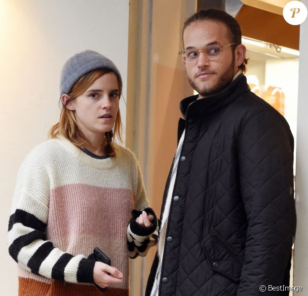 Exclusif  Emma Watson embrasse passionnément un mystérieux inconnu dans les rues de Londres. Le couple est allé acheter des friandises chez Gail Bakery avant de repartir ensemble en voiture. Le 24 octobre 2019