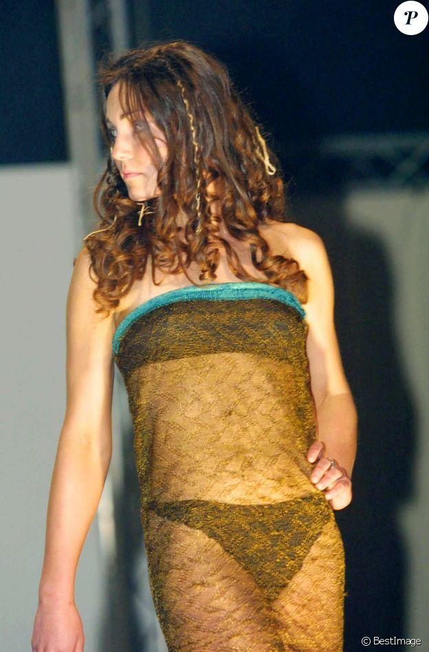 Kate Middleton lors d'un défilé de mode caritatif organisé par son université, en Ecosse, en 2002.