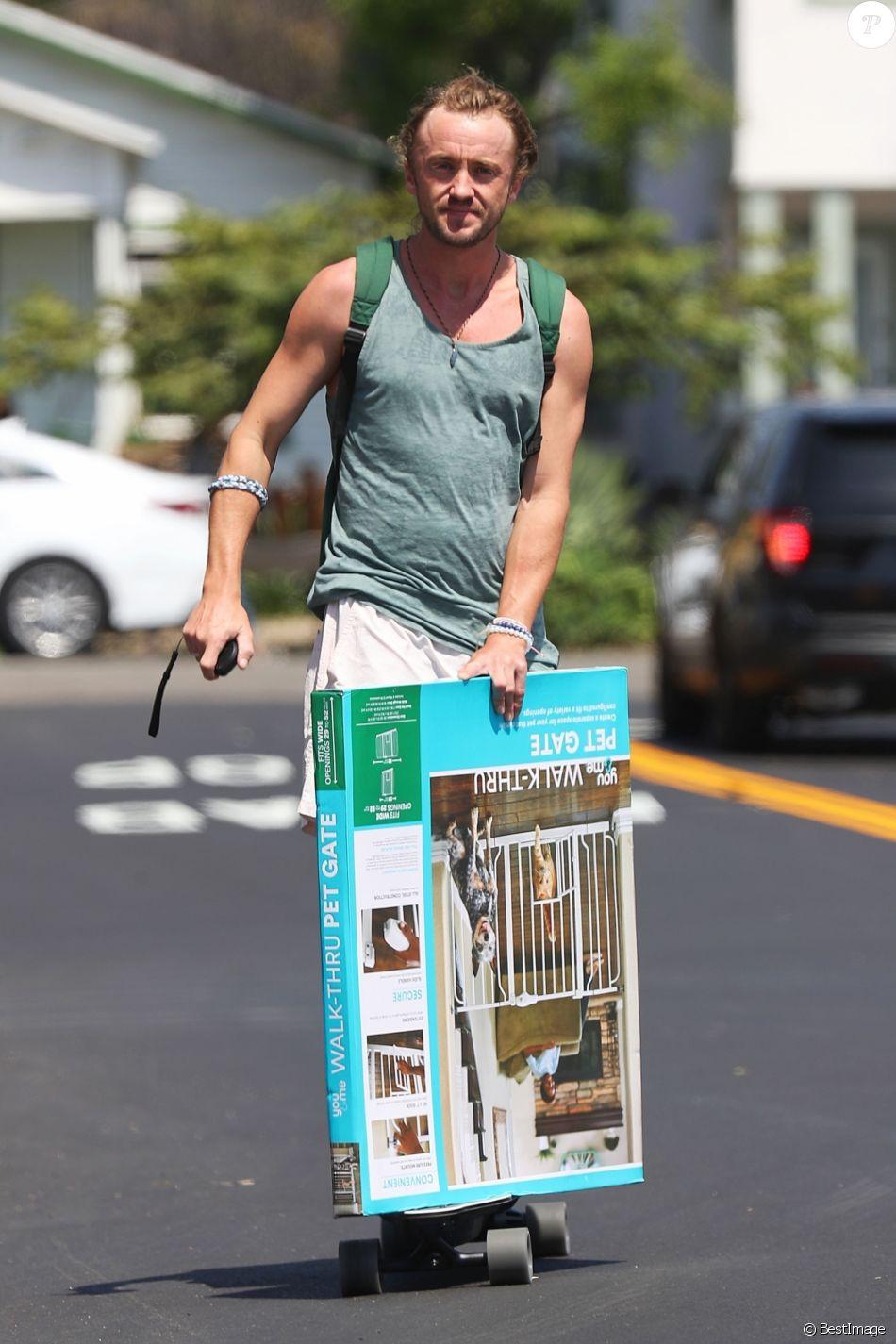 Exclusif - Tom Felton a été aperçu en skateboard dans les rues de Venice Beach. L'acteur britannique d'Harry Potter semble ne faire aucun effort alors qu'il se laisse glisser en portant un paquet, le 1er septembre 2018.