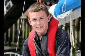 A seulement 17 ans, il est le plus jeune marin à boucler un tour du monde à la voile en solitaire ! Exploit !