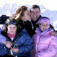 Sarah Ferguson et le prince Andrew avec leurs filles la princesse Eugenie et la princesse Beatrice à Verbier en février 2005