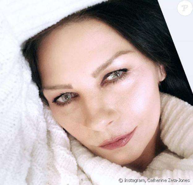 Catherine Zeta-Jones dévoile ses nouvelles lentilles de contact. Mai 2020.