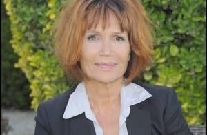 Clémentine Célarié, à 51 ans, elle est plus épanouie que jamais et aime toujours autant... les décolletés !