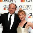 """Rory Kinnear (meilleur acteur pour son rôle dans '""""Othello"""") et Lesley Manville (meilleure actrice pour son rôle dans """"Ghosts"""") posant dans la salle de presse lors de la cérémonie des Olivier Awards 2014 au Royal Opera House à Londres, le 13 avril 2014."""