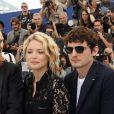 """Virginie Efira et son compagnon Niels Schneider au photocall de """"Sibyl"""" lors du 72e Festival International du Film de Cannes, le 25 mai 2019. © Dominique Jacovides/Bestimage"""