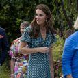 Kate Middleton (en robe Sandro) invite les enfants du centre Anna Freud, de l'hôpital Evelina pour enfants, de Action for Children et de Place2Be à se joindre à elle pour un pique-nique suivi d'une chasse au trésor et une identification d'insectes. Londres, le 1er juillet 2019