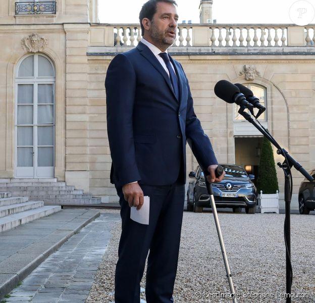 Le ministre de l'intérieur Christophe Castaner en béquilles - Déclaration suite à la Visio-conférence avec les maires, au palais de l'Elysée, Paris le 19 mai 2020. © Stéphane Lemouton / Bestimage