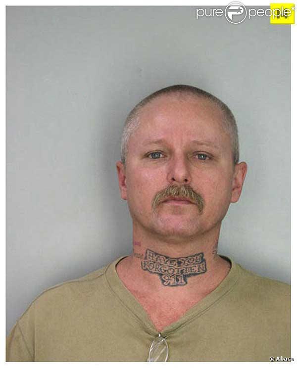"""Dans le cou, il a fait tatouer """"Avez-vous oublié le 11 septembre"""""""