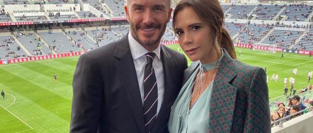 Victoria Beckham ose un large sourire sur Instagram, David se moque
