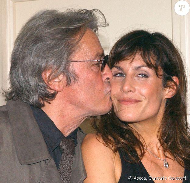 """Astrid Veillon et Alain Delon - 100e de la pièce """"La salle de bain"""". Paris. Le 27 octobre 2003. © Giancarlo Gorassini/ABACA"""