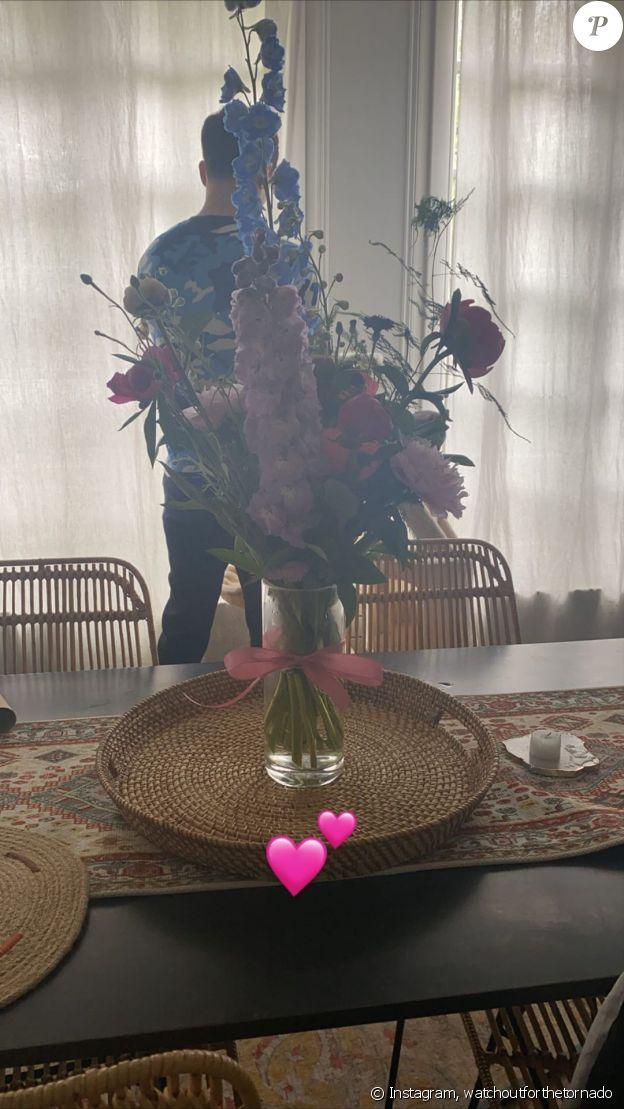 Louane a reçu un bouquet de fleurs de son compagnon Florian Rossi pour sa première fête des Mères le 7 juin 2020.