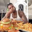 Jason Derulo remercie ses 22 millions d'abonnés TikTok en mangeant 22 burgers. Juin 2020.