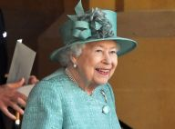 """Elizabeth II : Seule mais souriante en vert pour son anniversaire """"modeste"""""""