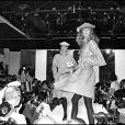 Défilé de mode Pierre Cardin haute couture 1981-1982 à Paris.