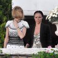 Anna, ici avec Stella McCartney, ne s'est pas gênée pour porter une robe qu'elle avait déjà arborée un mois auparavant à la Fashion Week de Milan, au mariage de Salma Hayek et François-Henri Pinault, le 25 avril 2009.