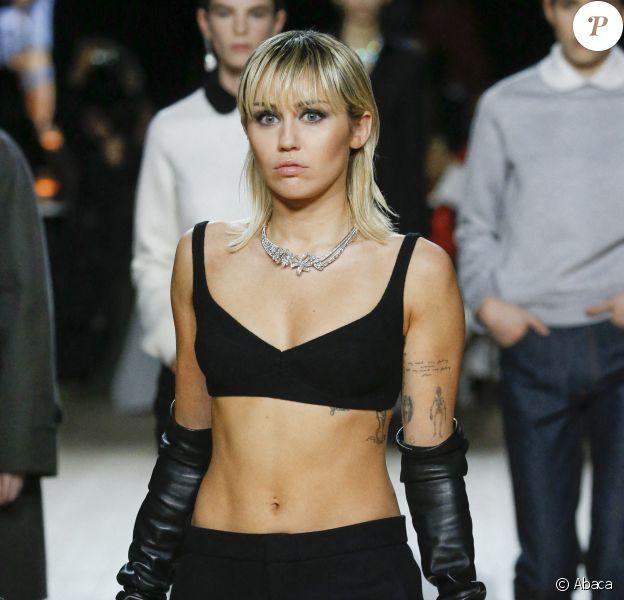 Miley Cyrus défile pour Marc Jacobs, collection automne-hiver 2020-2021, à la Park Avenue Armory. New York, le 12 février 2020.