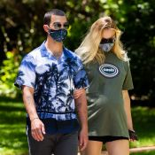 Sophie Turner enceinte : balade en claquettes avec son mari Joe Jonas