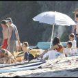 Matthew McConaughey et Camila Alves s'amusent avec leur petit Levi sur la plage de Malibu le 7 septembre 2009