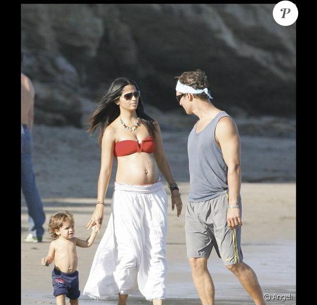 Matthew McConaughey, Camila Alves et leur petit Levi profitent du soleil en famille sur la plage de Malibu le 7 septembre 2009