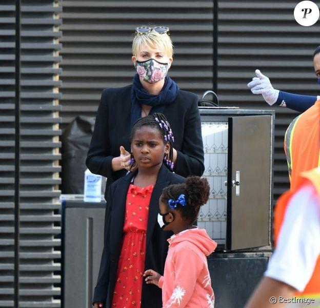 Exclusif - Charlize Theron dîne avec ses deux enfants Jackson (8ans) et August (4ans) au restaurant Nobu à Malibu le 20 juin 2020. Elle porte un masque pour se protéger de l'épidémie de Coronavirus (Covid-19).