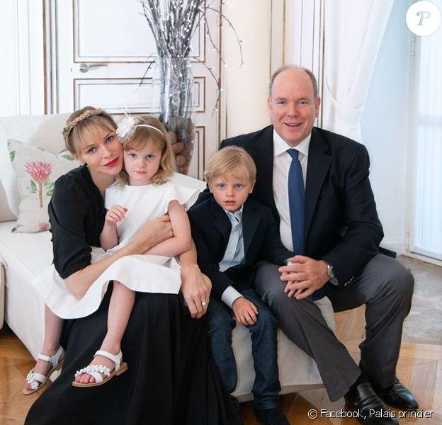 Le prince Albert de Monaco, son épouse Charlene et leurs deux enfants, Jacques et Gabriella, au palais princier de Monaco, le 23 juin 2020.