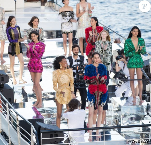 """Défilé de mode """"Balmain Sur Seine"""" de Balmain, sur la péniche """"Sans Souci"""". Paris, le 5 juillet 2020."""