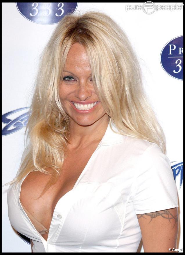 Pamela Anderson, sexy à souhait, et furieuse contre les vêtements en fourrure animale dans la dernière publicité pour la PETA !