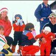 Le roi Hussein de Jordanie, la reine Noor, leurs enfants Iman, Raiyah, Hashum et Hamzah à Gstaad en 1987.