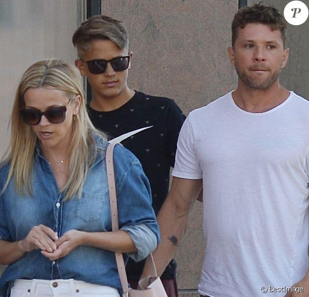 Exclusif - Reese Witherspoon se promène avec son ex-mari Ryan Philippe et leur fils Deacon à Los Angeles le 19 juillet 2018.